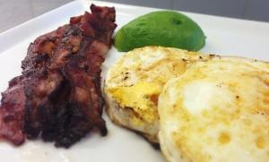 Ägg och bacon med avokado