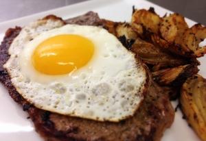 Entrecôte med stekt ägg och rostad fänkål