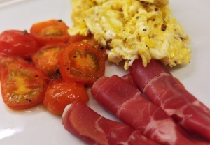 Rob Wolfs äggröra med skinka och stekta körsbärstomater