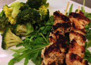 Rob Wolfs kycklingspett med ångkokt broccoli och sallad