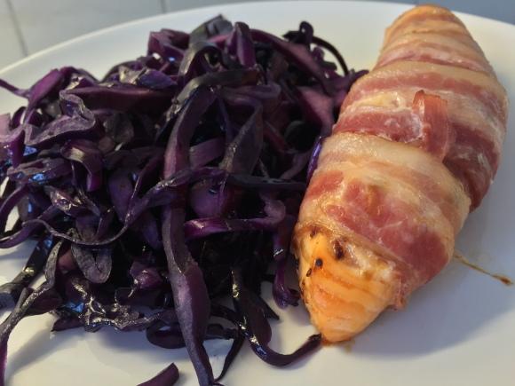 Baconlindad lax med stekt rödkål